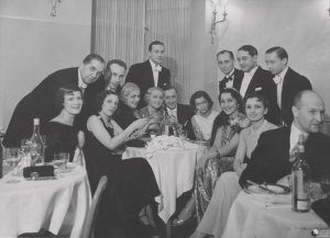 Pamiątkowe zdjęcie uczestników balu mody z 1936 roku